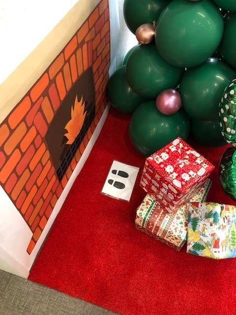 クリスマスの飾りつけを行っています